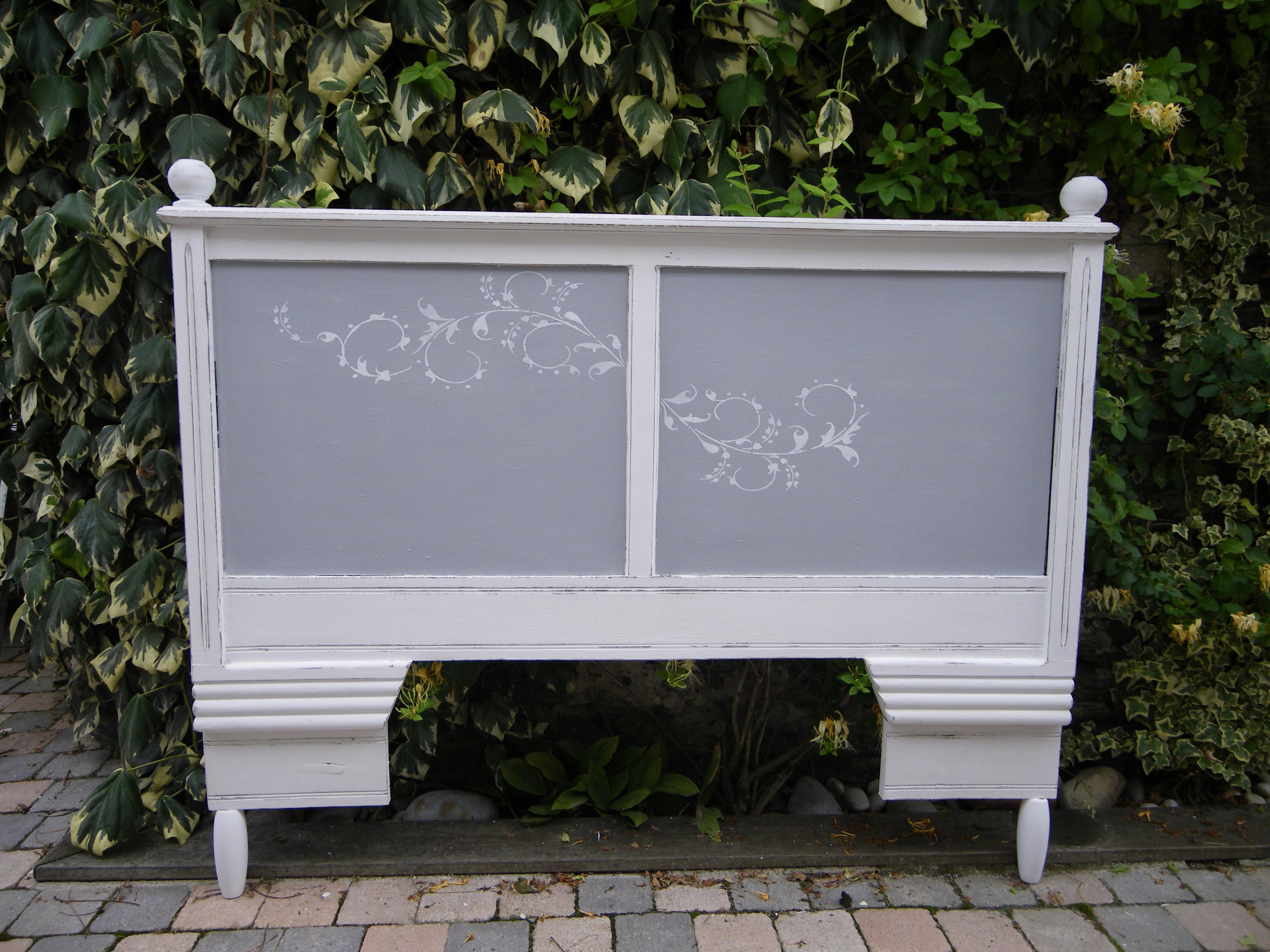 t te de lit ancienne en ch ne patin e blanche et grise anjoudeco. Black Bedroom Furniture Sets. Home Design Ideas