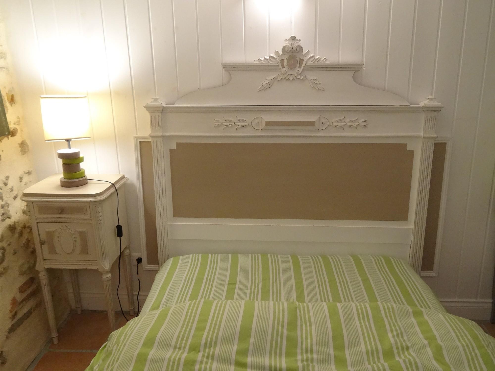 ancienne t te de lit avec fronton en 160 cm pleine de charme patin e blanc et flanelle anjoudeco. Black Bedroom Furniture Sets. Home Design Ideas