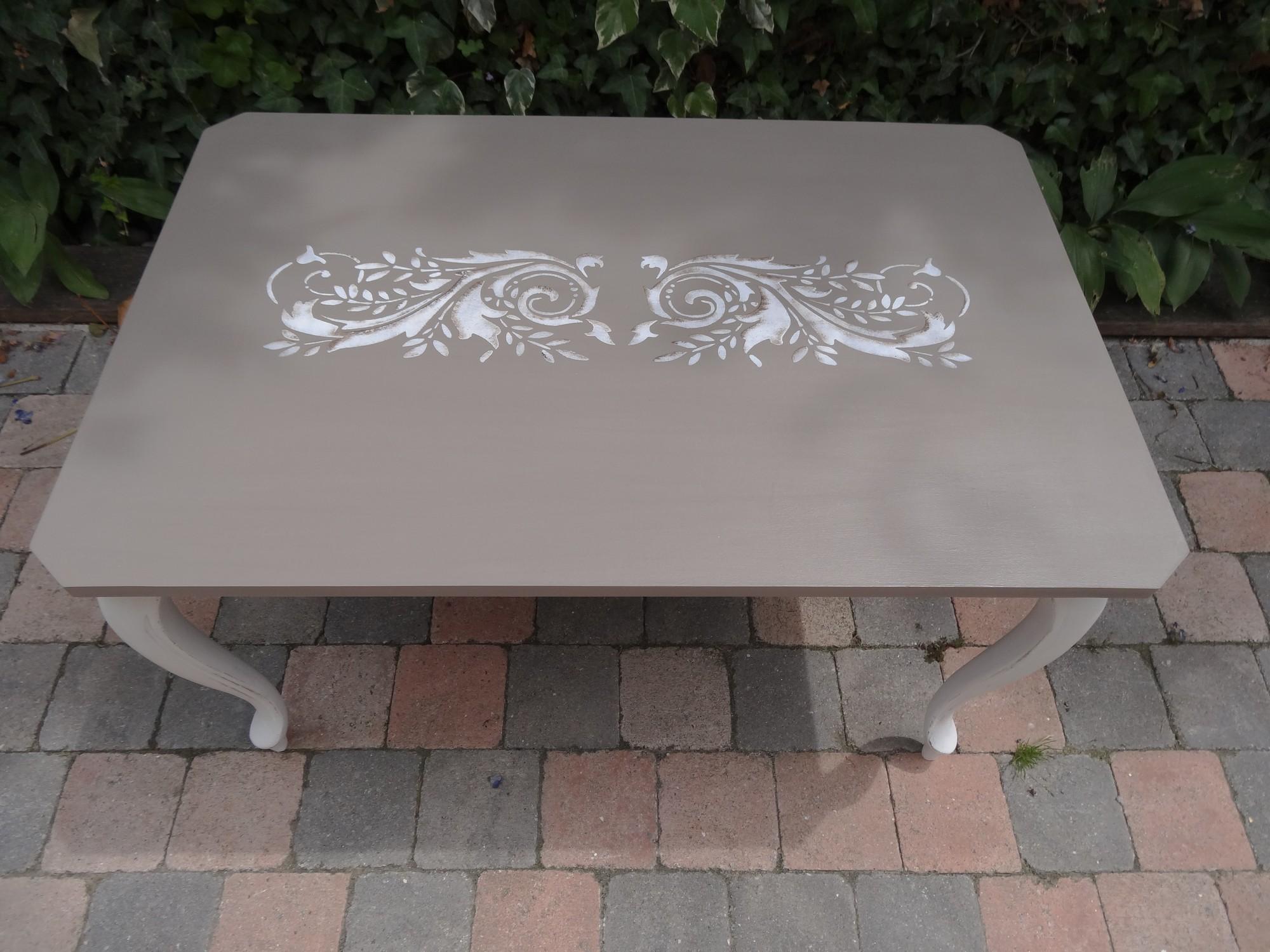 Table basse pi tement blanc effet us et plateau taupe et - Pochoir pour meuble en bois ...