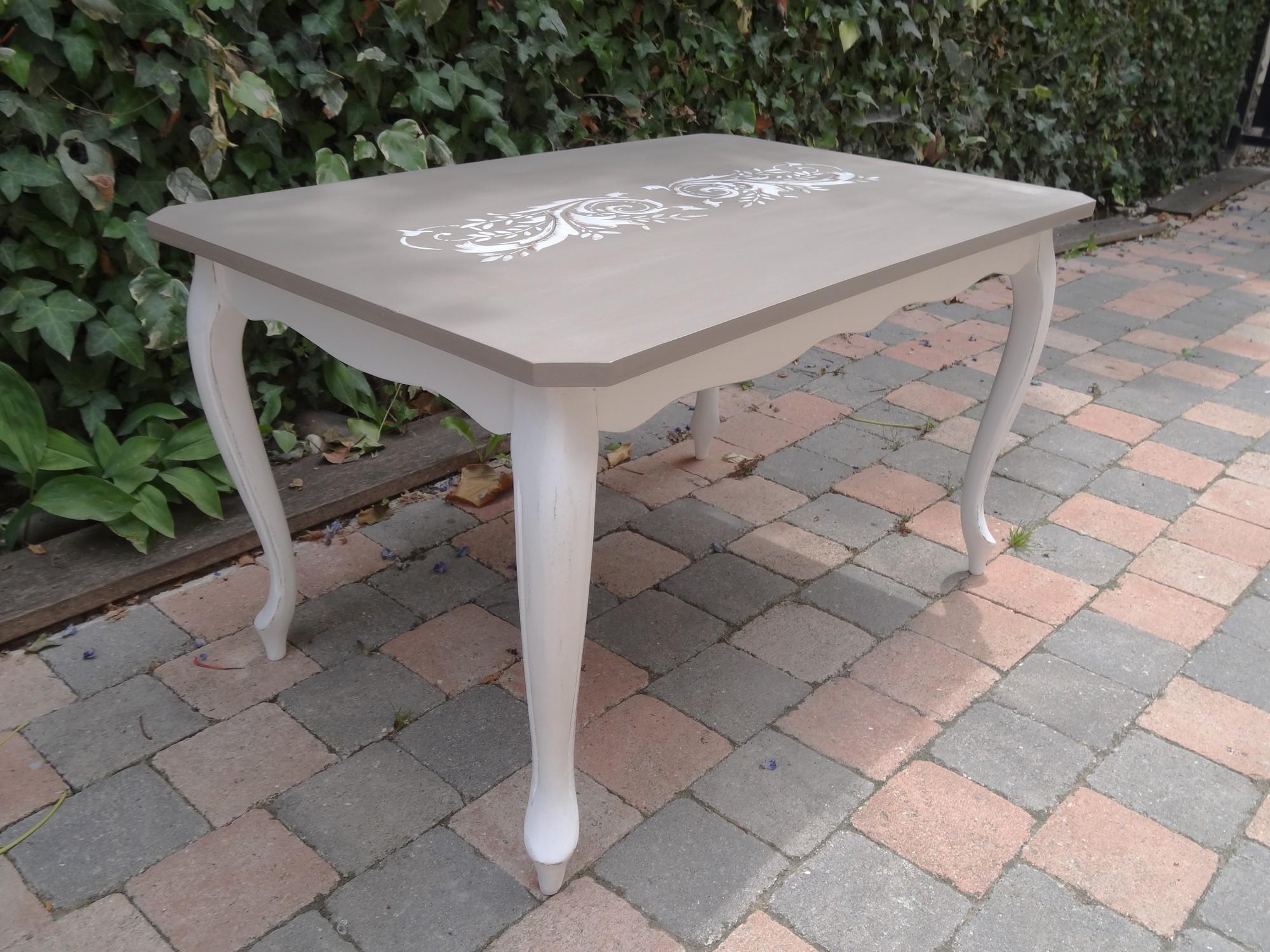 Table basse pi tement blanc effet us et plateau taupe et for Largeur d une table